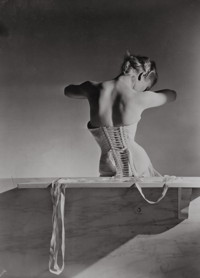 Ausstellung Horst 6_Corset_by_Detolle_for_Mainbocher_1939_Copyright_Conde_Nast_Horst_Estate